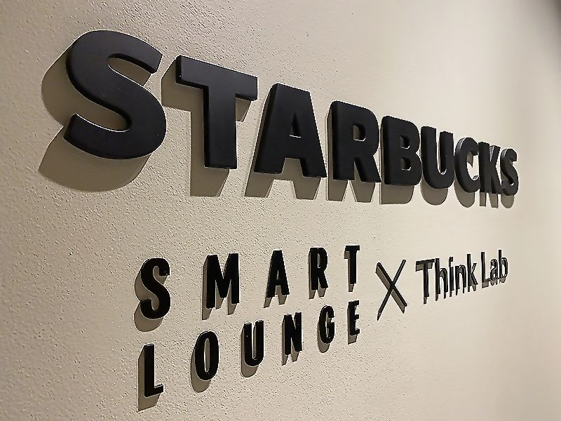 「一番集中できない場所はオフィス」、ジンズ子会社がスタバと作ったワークスペース