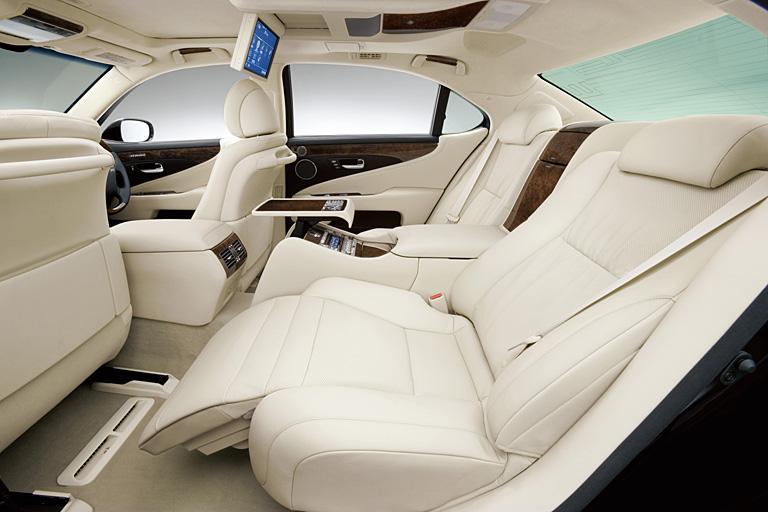 トヨタ自動車「レクサスLS600hL」、シート座面にエアバッグを採用 - 日経テクノロジーオンライン
