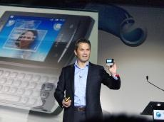 「XPERIA X10 mini pro」を手に発表するLennard Hoornik氏(日スウェーデン合弁Sony Ericsson Mobile Communications AB Corporate Vice President Head of Marketing)