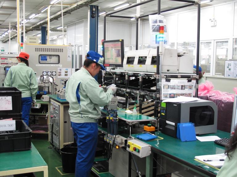 インバータのセル生産現場。目の前のディスプレイに表示される指示に従って作... インバータのセル