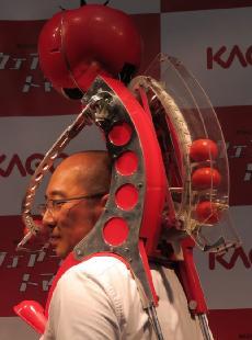 トマタンを斜め後方から見た様子。キャタピラーが回転して、トマトを1個ずつ、送り出すようになっている。