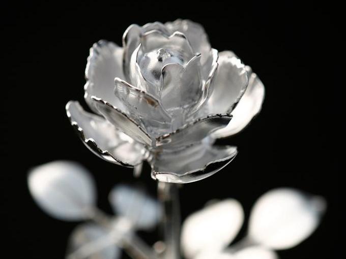 金属削り出しで造るバラの花とサ...