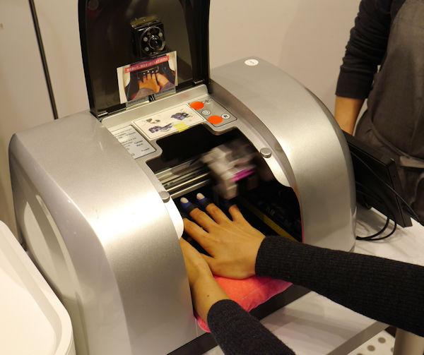 ネイルプリンターを使って爪に柄を印刷する。(写真:千趣会)