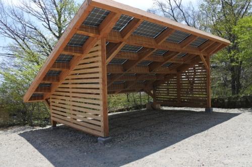 木製カーポートの上に太陽光パネルを設置