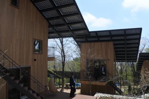 宿泊施設4棟の上に太陽光パネルを設置