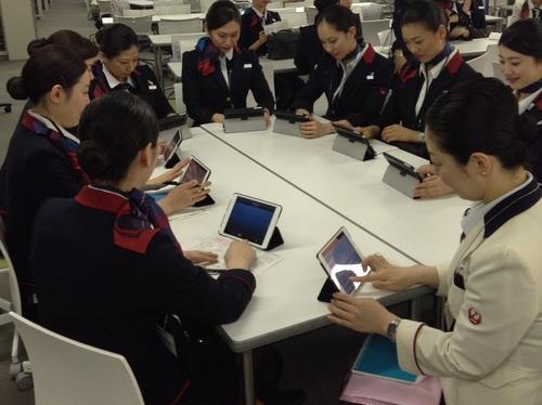 JALの客室乗務員が「笑顔」に専念、タブレット6000台の威力
