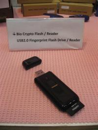 写真2●指紋認証機能とSDカード・リーダーの付いたUSBフラッシュ・メモリー「Bio Crypto SDIO」