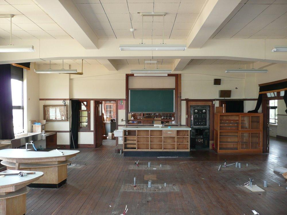 改修前の理科室。隣接する理科準備室と、黒板越しに機材をやり取りできるよう... 改修前の理科室。