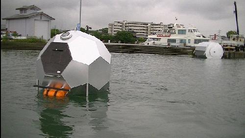 水に浮きバランスが保てるシェルター「バリア4S」 (写真:キミドリ建築)