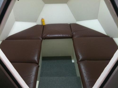 ソファを設置したバリア4Sの内装 (写真:キミドリ建築)