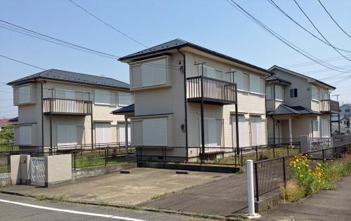 大都市の郊外にある新興住宅地に建つ、戸建ての賃貸住宅。4棟あるが、すべて空き家のようだ(写真:ケンプラッツ)