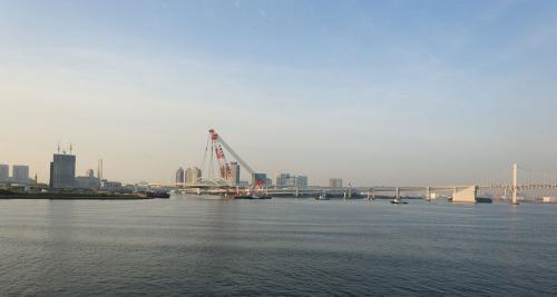五輪の大動脈、隅田川河口にアーチ橋を一括架設
