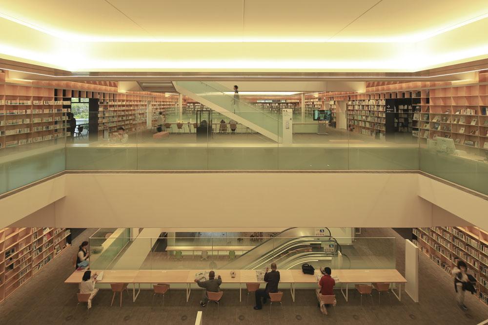 図書館と子ども施設を 6つの吹き抜けでつなぐ|日経 ...